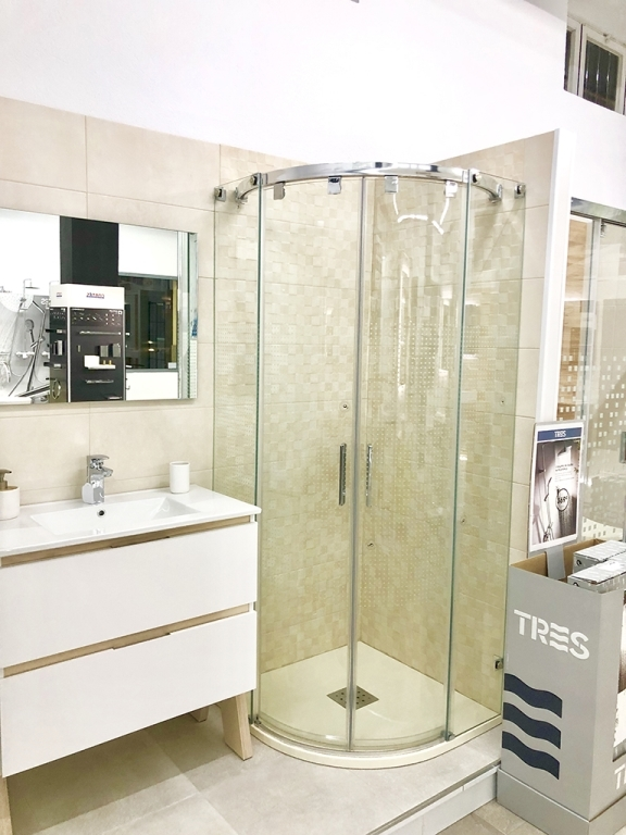 Plato de ducha angular con mampara y mueble de baño
