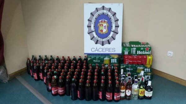La policía local ha intervenido un total de 293 botellas de bebidas alcohólicas en una multitienda.