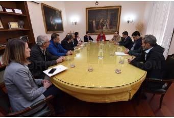 La Diputación firma el nuevo contrato de conservación de la red viaria para dos años .
