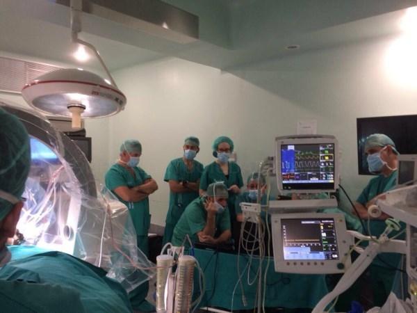 Neurocirugía de Cáceres realiza el primer implante en Extremadura de un estimulador cerebral profundo para tratamiento de la enfermedad de Parkinson,