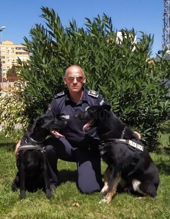 Policía premiado y los perros de la Unidad Canina, Nero y Thor.