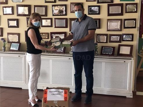 El Club Rotary Cáceres dona material sanitario a las residencias