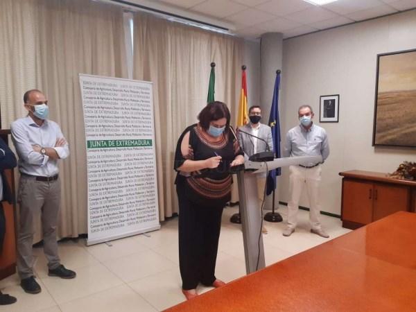 BEGOñA GARCíA RUBRICA EL CONTRATO PARA INICIAR LAS OBRAS DE TRANSFORMACIóN EN REGADíO EN MONTERRUBIO DE LA SERENA