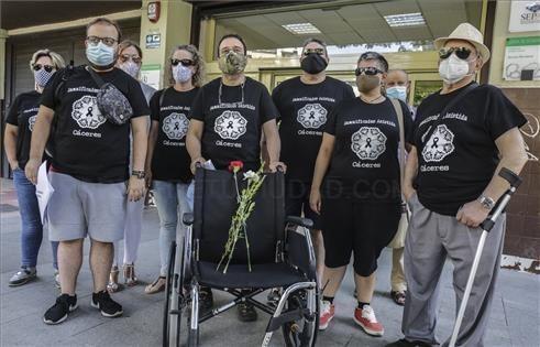 FAMILIARES DE LA ASISTIDA PRESENTAN SU QUERELLA ANTE LOS JUZGADOS