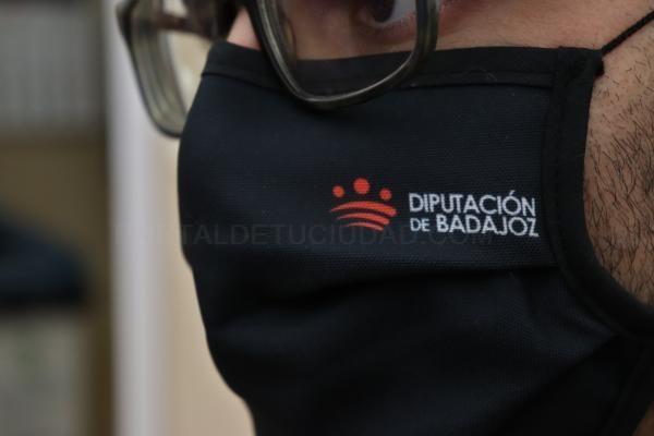 La Diputación de Badajoz facilita a su personal mascarillas reutilizables para la protección frente al coronavirus