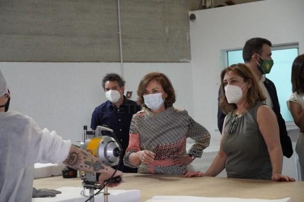 La vicepresidenta primera del gobierno de españa, carmen calvo, visita el taller donde la empresa extremeña medycaf produce prendas de protección sani