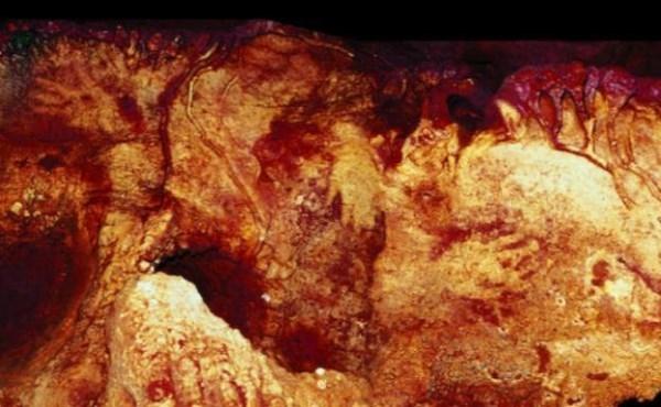 Buscan en la cueva de Maltravieso de Cáceres trazas de ADN de los humanos que realizaron las manos pintadas