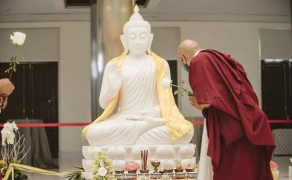 Salaya recibe la réplica de Buda como «la primera piedra» del complejo espiritual