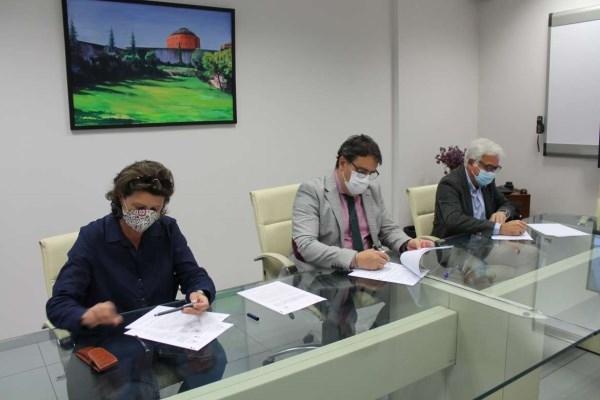 La Junta firma sendos convenios con COAAT y COADE para la formación de profesionales en materia de accesibilidad universal