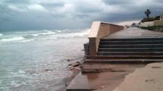 El oleaje se traga parte de la playa de El Saler y el mar llega a las viviendas