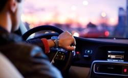 Ocho malos hábitos de conducción que pueden averiar el coche y dejarte el bolsillo vacío