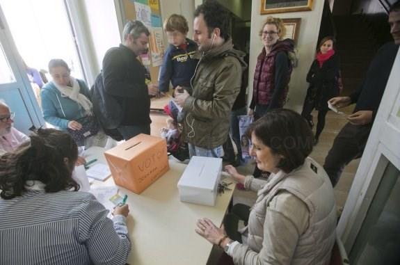 Familias denuncian irregularidades en la votación por la jornada continua