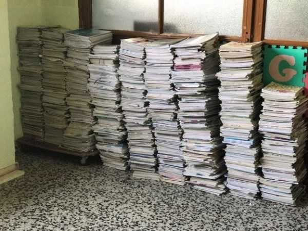 Miles de libros de Xarxallibres siguen guardados en colegios un año después