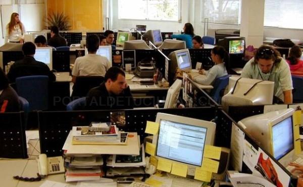 TRABAJADORES EN UNA OFICINA. / ARCHIVO