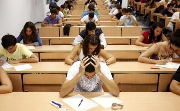ESTUDIANTES UNIVERSITARIOS DURANTE UN EXAMEN. / MARCELO DEL POZO (REUTERS)