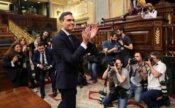 EL LíDER DEL PSOE, PEDRO SáNCHEZ, APLAUDIDO TRAS GANAR LA MOCIóN. / EFE