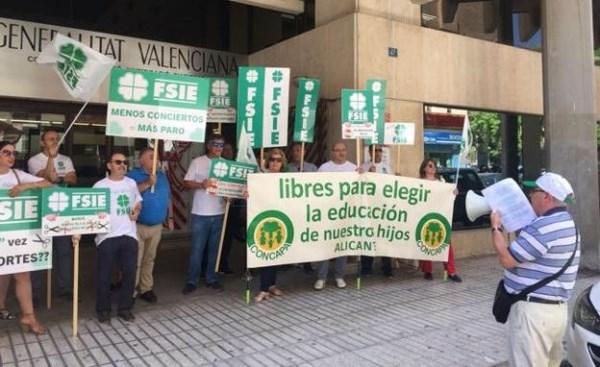 PROTESTA DE FSIE Y CONCAPA FRENTE A LA DIRECCIóN TERRITORIAL DE EDUCACIóN EN ALICANTE, AYER. / LP