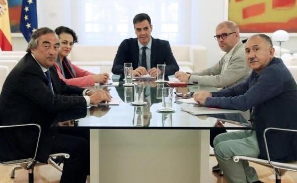 PEDRO SáNCHEZ (C) Y LA MINISTRA DE TRABAJO MAGDALENA VALERIO, DURANTE LA REUNIóN CON LOS AGENTES SOCIALES. / EFE
