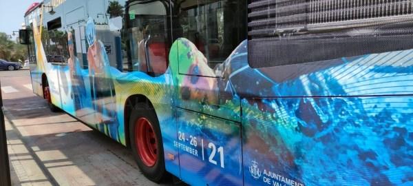 La EMT de València luce en la ciudad la imagen del Campeonato de Europa de Triatlón 2021