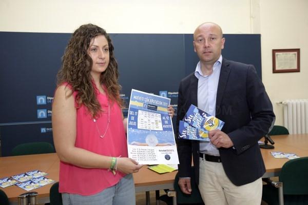 Un folleto recoge la oferta de piscinas y zonas de baño en la provincia