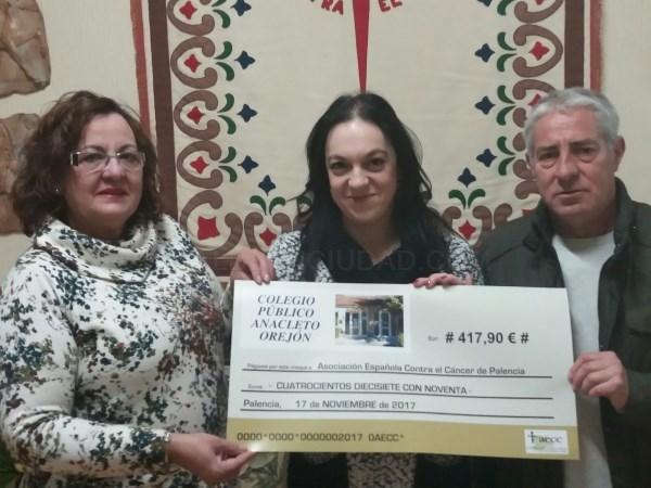 LA DIRECTORA DEL C.I.P. «ANACLETO OREJÓN» DE ASTUDILLA ENTREGA 417€ A LA AECC DE PALENCIA
