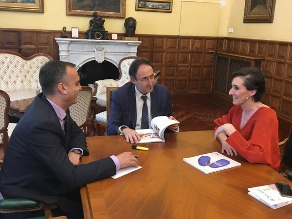 La responsable de la Fundación Solidaridad Carrefour se reúne con el Alcalde para presentarle una memoria de los proyectos de la entidad