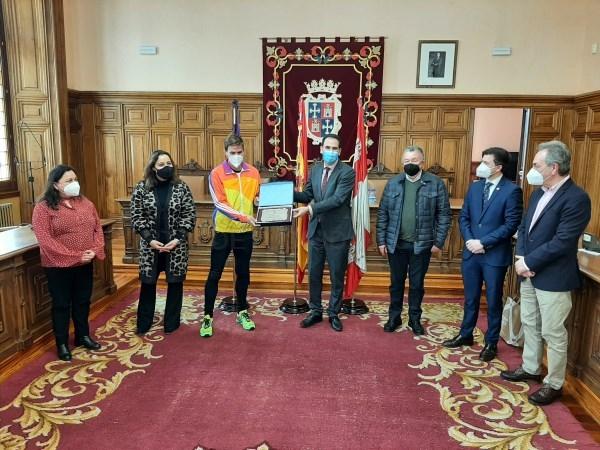 La Corporación Municipal reconoce a Óscar Husillos por su Campeonato de España en los 400 metros lisos y le desea mucha suerte en el Europeo