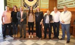 La joven nadadora Tamara Frías recibe el reconocimiento del Ayuntamiento de Motril