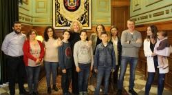 La alcaldesa recibe al equipo Los Sumandos, del CEIP Cardenal Belluga, vencedores de la fase provincial de la XXII edición de las Olimpiadas Matemátic