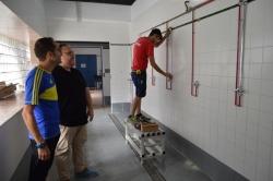 Una nueva silla adaptada ayudará a las personas con diversidad funcional a meterse en la piscina municipal de Salobreña