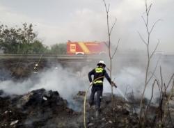 Los Bomberos de Almuñécar y Motril sofocan un incendio en un cañaveral junto a la CN 340 en Torrenueva Costa