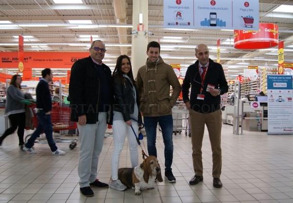 Salud y Consumo y el Centro Comercial Alcampo premian a la dueña de la mascota número mil censada dentro de la campaña Municipal de animales doméstico