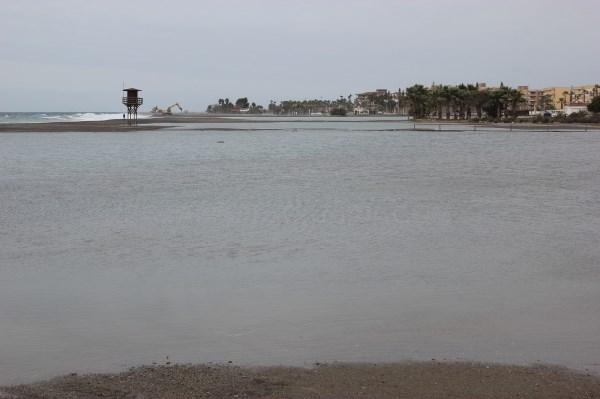 El Ayuntamiento de Motril muestra su indignación con Costas por el despilfarro que ha supuesto echar arena que ahora se lleva el temporal