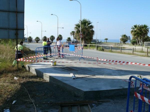 La concejalía de Mantenimiento construye una nueva parada para el bus urbano en Playa Granada