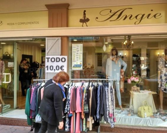 Unos 20 comercios de Motril sacan su género a las puertas de sus locales para incentivar las ventas en la tercera Feria del Stock