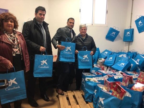 Más de un centenar de familias desfavorecidas de Órgiva reciben una bolsa de productos navideños