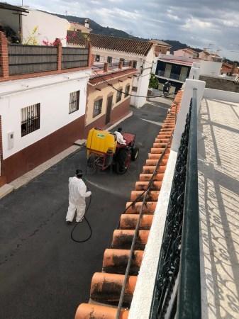 Varios agricultores se suman a las labores de desinfección de Salobreña y sus anejos