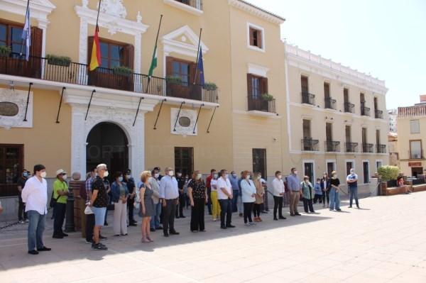 La ciudad de Motril se suma al silencio de todo un país por las víctimas de la pandemia del coronavirus COVID-19