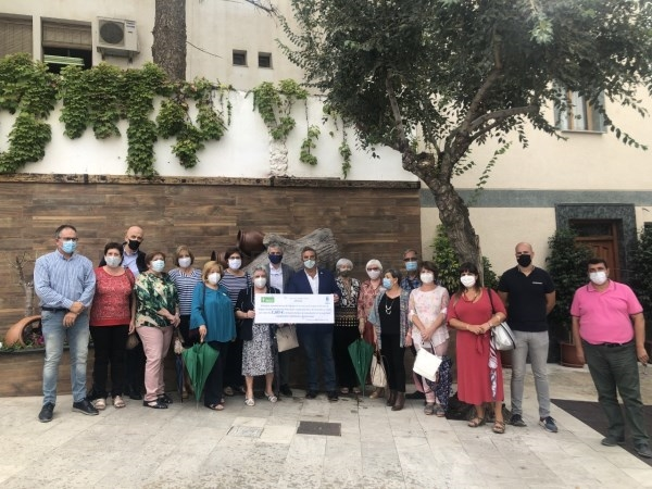 Órgiva entrega a la AECC de Granada casi 4000 euros recaudados en la actividad Caminando contra el Cáncer