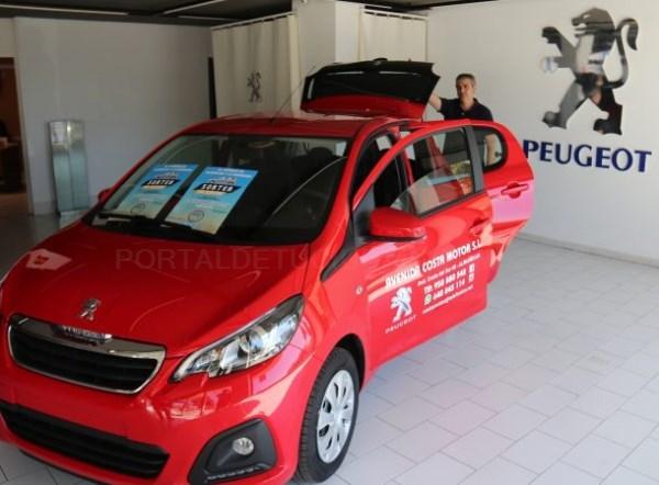 El concesionario Peugeot de Almuñécar presenta el coche que sortearan los comerciantes sexitanos