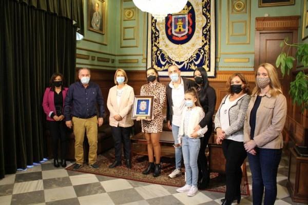 La alcaldesa felicita a la bailaora motrileña Sara Sánchez por ser un ejemplo de superación juvenil