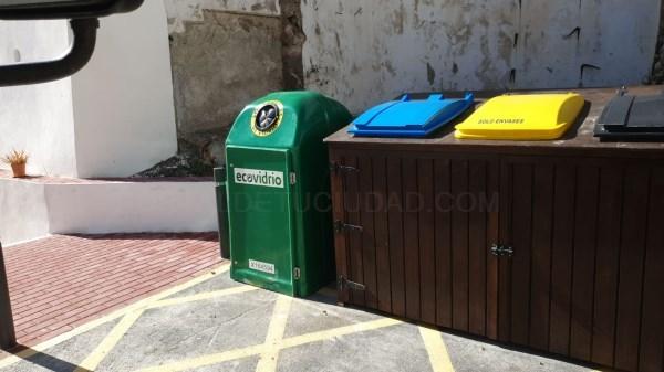 Un proyecto integral de recogida de vidrio en Salobreña permite desde ya el reciclaje en el Casco Histórico de la Villa