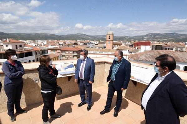 """El presidente visita el Centro de Interpretación """"Torre de la Alquería"""" de Huétor Tájar y la cooperativa de espárragos Centro Sur"""