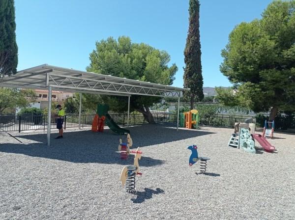 """La construcción de una gran pérgola mejora las condiciones de las instalaciones del colegio """"Cervantes"""" de Lobres"""