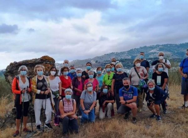 Una treintena de mayores de Almuñécar participan en la ruta de senderismo por la Vega y acueductos romanos
