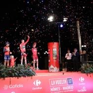 Carmena entrega el trofeo al vencedor de la etapa final de la Vuelta Ciclista