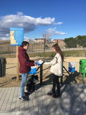 """Como complemento a la campaña """"Recoge o Paga"""" se ha repartido 2.000 huesos dispensadores de bolsas que faciliten la recogida de estos residuos."""