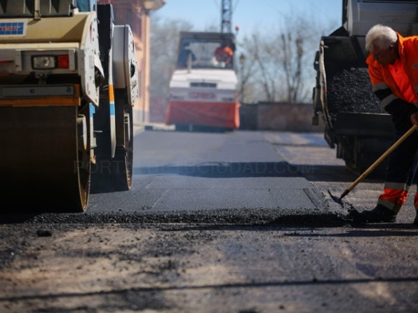 Comienzan los trabajos de asfaltado de la calle Comunidad de Andalucía en El Abajón.
