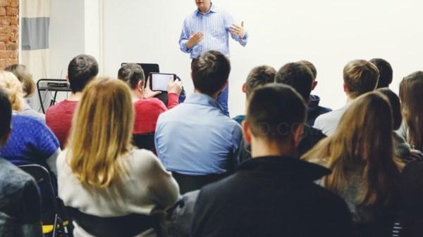La Comunidad de Madrid incrementará en más de un 40 % las ayudas a aquellos jóvenes que quieran retomar su formación tras abandonar los estudios.