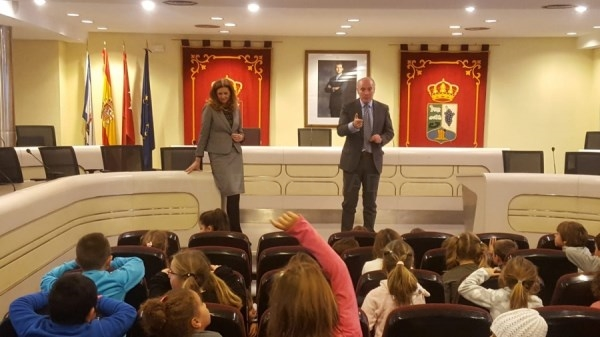 Un grupo del Colegio Francisco de Quevedo y otro del Colegio Engage han visitado la Casa Consistorial para conocer de cerca su Ayuntamiento.